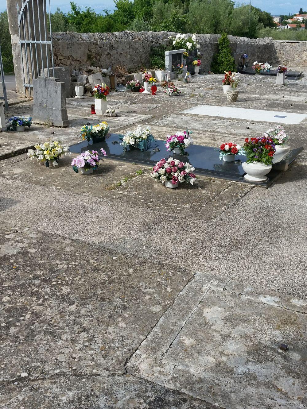 Friedhof auf Ugljan - mit pflegeleichten Steinplatten und Stoffblumen