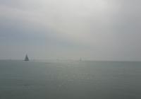 Segelboote - fast im Nebel verschwunden